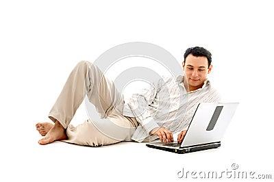 Homem Relaxed com portátil