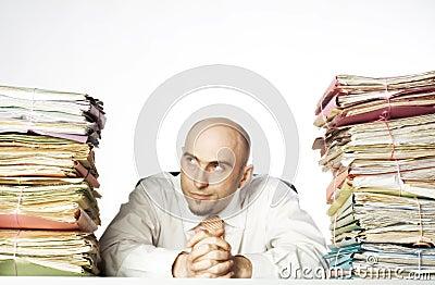 Homem Smirking com arquivos