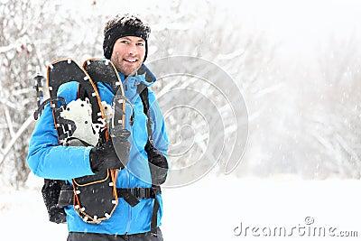 Homem snowshoeing do inverno