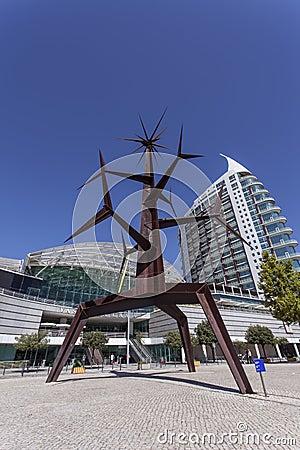 Homem-Sol статуя - парк наций - Лиссабон Редакционное Изображение