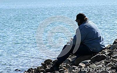 Homem sozinho no lago