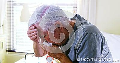 Homem superior doente que tosse no quarto vídeos de arquivo