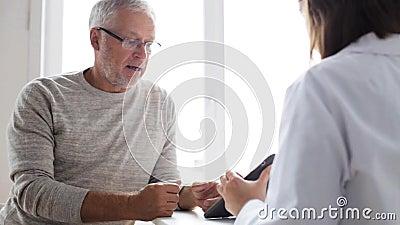 Homem superior e doutor com o PC da tabuleta no hospital 51 filme