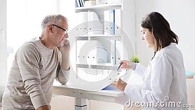 Homem superior e reunião do doutor no hospital 44 video estoque