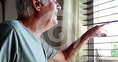 Homem superior que acena sua mão da janela filme