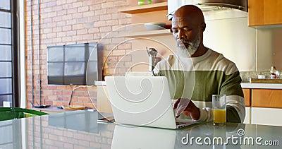 Homem superior que usa a cozinha mínima em casa 4k do portátil video estoque
