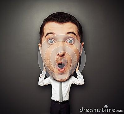 Homem surpreendido com cabeça grande