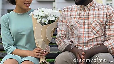 Homem tímido que dá flores à menina bonita, presente agradável na primeira data, floristic vídeos de arquivo