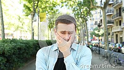 Homem triste e frustrado olhando a câmera na rua filme