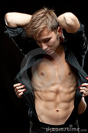 Homem undressed pela mulher