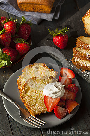 Free Homemade Pound Cake With Strawberries Stock Photography - 42593692
