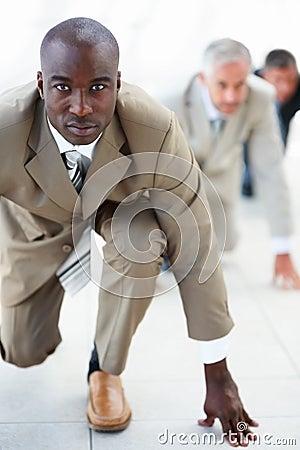 Homens de negócio prontos para competir com os colegas