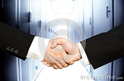 Homens de negócios que agitam as mãos