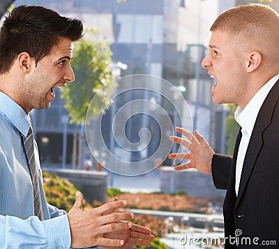 Homens de negócios que shouting na frente do escritório