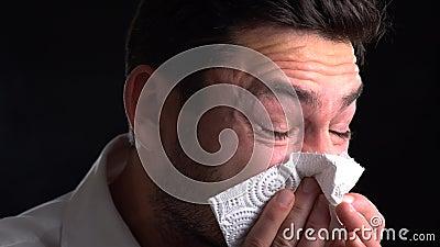 Homens que fundem seu nariz? influenza allergy O indivíduo doente isolado tem o nariz ralo o homem faz uma cura para a constipaçã filme