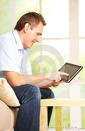 Homme à l aide de la tablette