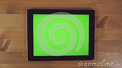 Homme à l'aide de la tablette avec l'écran vert clips vidéos