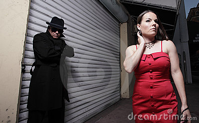 Homme égrappant la femme