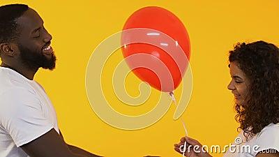 Homme afro-américain donnant le ballon à la jolie femme, salutation d'anniversaire, affection clips vidéos