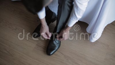 Homme attachant des dentelles de chaussure banque de vidéos