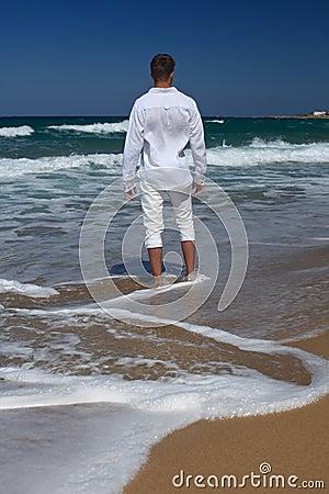 homme aux pieds nus se tenant sur la plage verticale vue du dos photo stock image 54478590. Black Bedroom Furniture Sets. Home Design Ideas