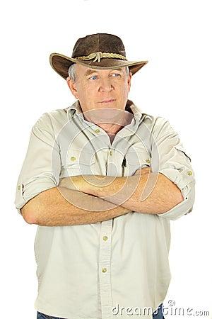 Homme avec des bras pliés