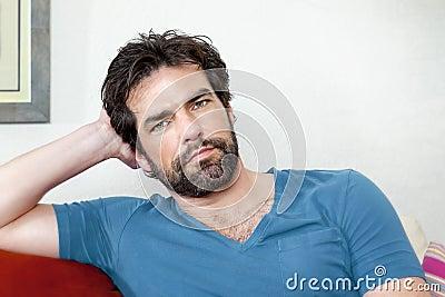Homme avec la barbe