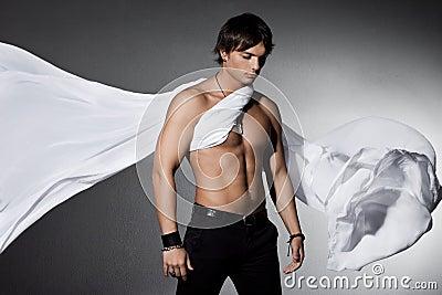 Homme avec le tissu de vol