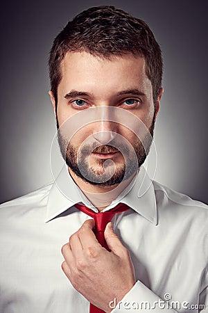 Homme bel avec la barbe