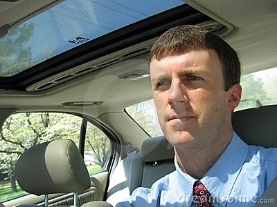 Homme conduisant le véhicule au travail