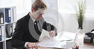 Homme d'affaires écrivant une note adhésive clips vidéos