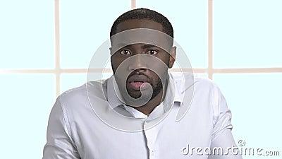 Homme d'affaires afro-américain confus dans la chemise blanche clips vidéos