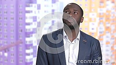 Homme d'affaires afro-américain réfléchi sur le fond brouillé clips vidéos