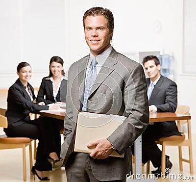 Homme d affaires avec le cahier et les collègues