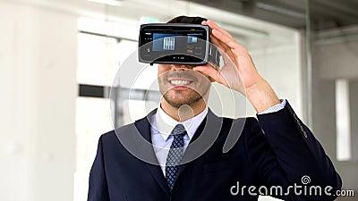 Homme d'affaires avec le casque et le cube de vr sur l'écran banque de vidéos