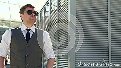 Homme d'affaires dans des lunettes de soleil lifestyle Verticale d'homme confiant outdoors Un mâle Entrepreneur réussi banque de vidéos