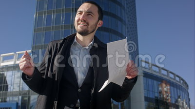 Homme d'affaires drôle de danse sur une rue, extérieure banque de vidéos