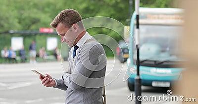 Homme d'affaires en attente dans la ville banque de vidéos