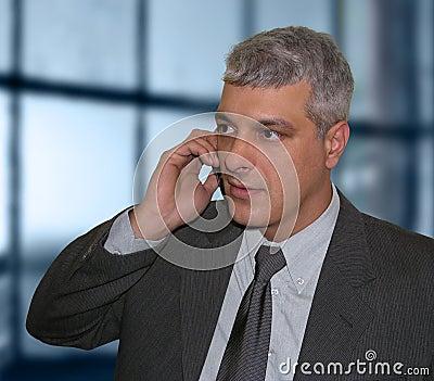 Homme d affaires parlant au téléphone