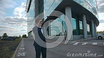 Homme d'affaires souriant parlant d'affaires en plein air dans la ville