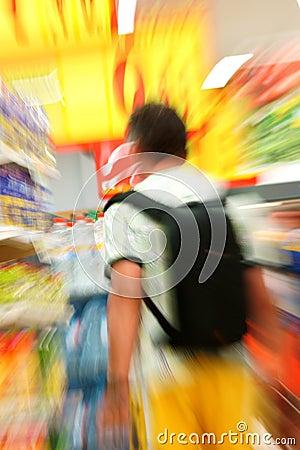 Homme dans l épicerie