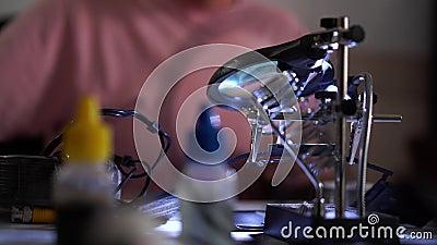 Homme de compétence finissant son travail avec le fer à souder à son lieu de travail et marchant loin Concept de la profession banque de vidéos