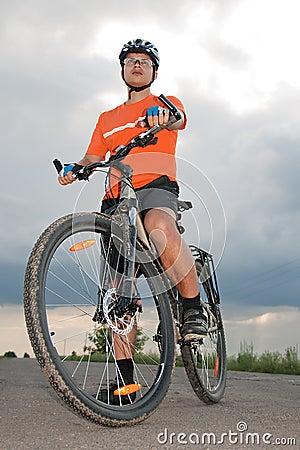 Homme de Yong avant de mettre en marche le vélo