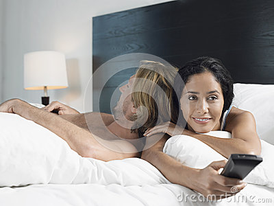 Homme dormant tandis que femme regardant la TV