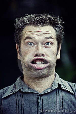 Homme effectuant un visage drôle