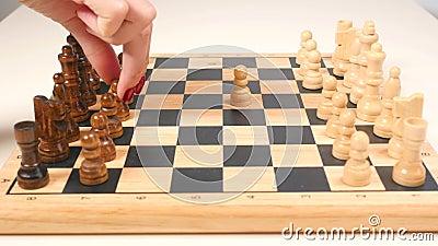 Homme et femme jouant des ?checs clips vidéos