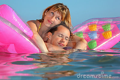 Homme et femmes se trouvant sur un matelas dans le regroupement