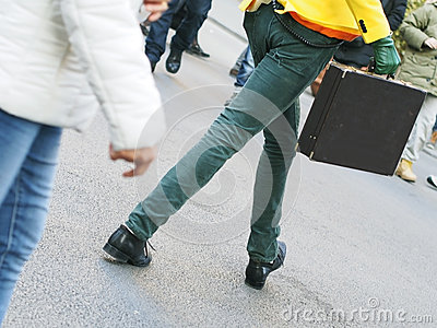 Homme exagéré marchant avec une serviette
