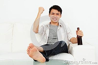 Homme Excited avec de la bière