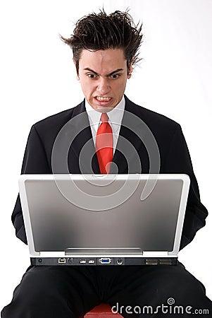 Homme fâché d ordinateur portatif